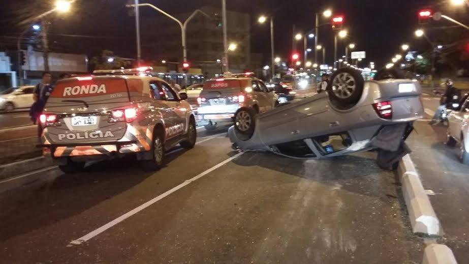 Veículo capotou ao colidir com gelo baiano. (FOTO: Reprodução/ Facebook)