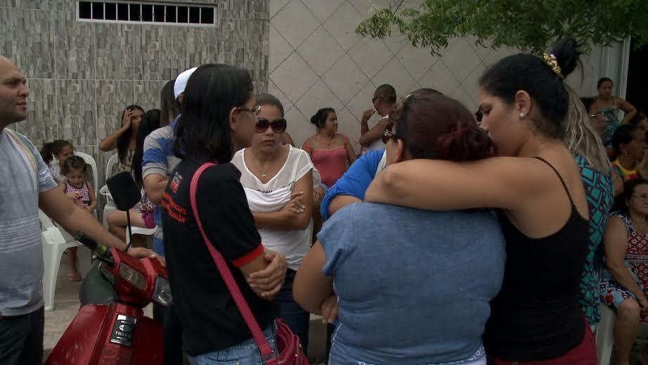 Velório ocorreu na residência da vítima, e reuniu familiares e amigos do garoto (FOTO: Reprodução/TV Jangadeiro)