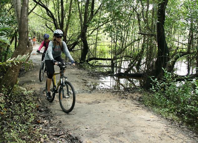 As trilhas em meio à área verde são ótimas para esportes como o ciclismo (FOTO: Divulgação)