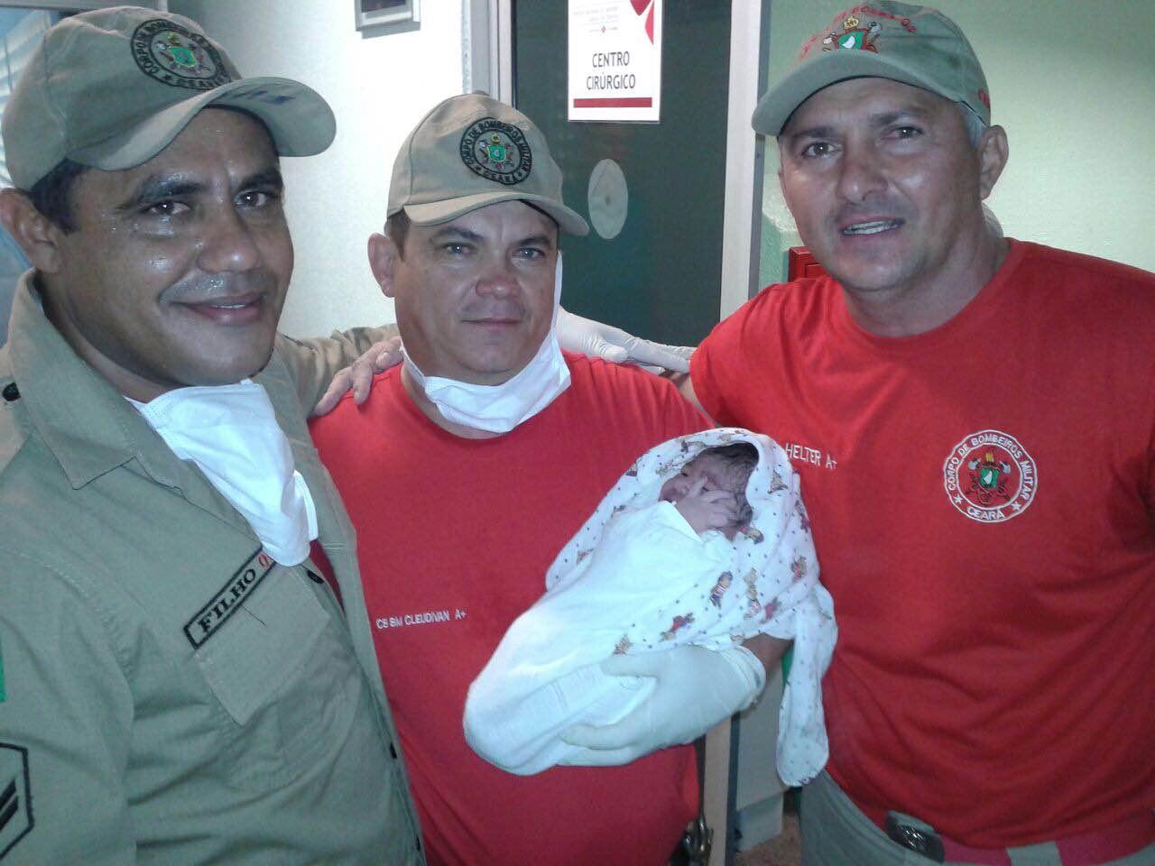 Os cabos Filho, Paulo Hélter e Cleudivan auxiliaram no parto e realizaram os primeiros atendimentos da criança e da mãe. (FOTO: Reprodução/ Arquivo Pessoal Cabo Filho)