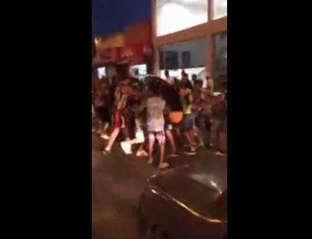 Vídeo flagra torcedores dando socos e chutes no motociclista. (FOTO: Reprodução/ Whatsapp)