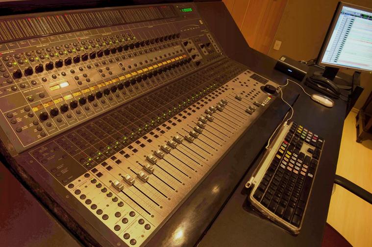 Entre os cursos, o aluno pode aprender o funcionamento e aplicação dos equipamentos comuns e necessários aos sistemas de gravação e de sonorização (FOTO: Divulgação)