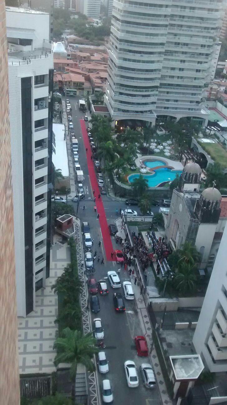 Casamento de luxo em Fortaleza fecha rua com tapete vermelho da igreja até a recepção