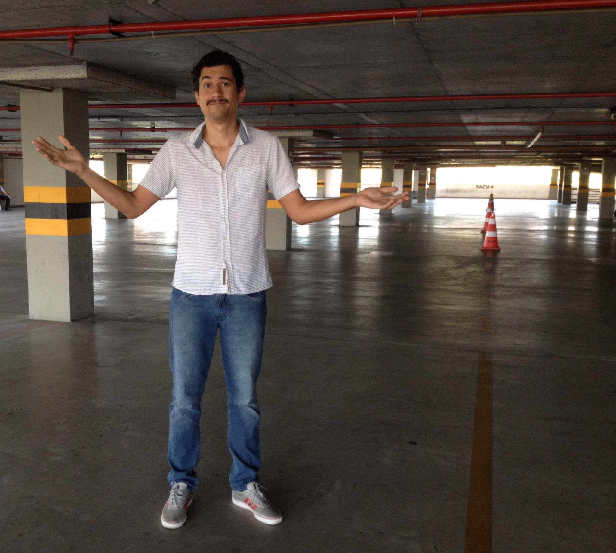 Sem o carro na garagem, Diego Henrique resolveu encarar o problema com bom humor (FOTO: Arquivo pessoal)
