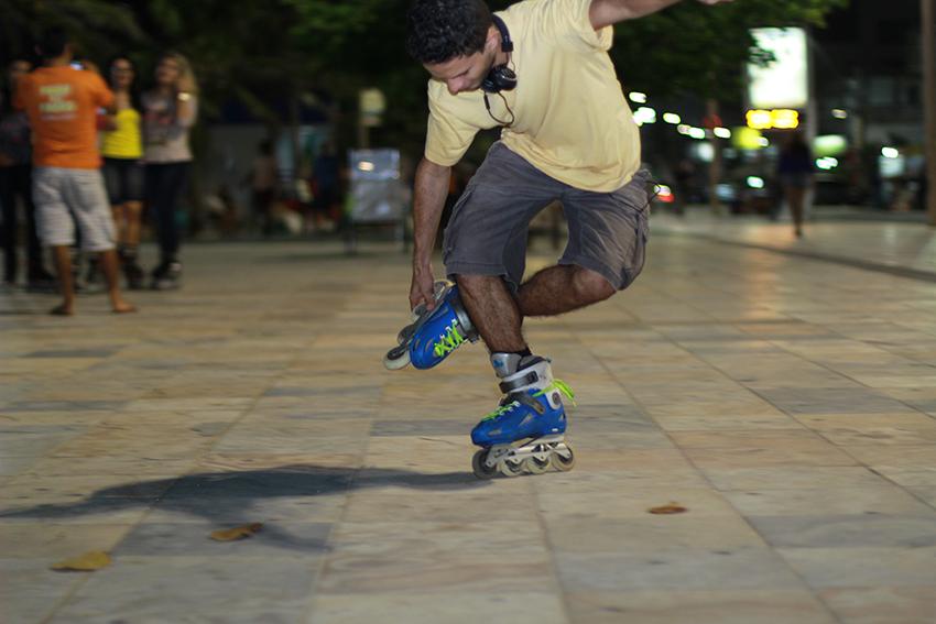 Construída há pouco mais de 50 anos, a Avenida Beira-Mar é um dos principais cartões-postais de Fortaleza. Sua orla cheia de luxuosos hotéis abriga o calçadão movimentado por turistas e praticantes de atividades físicas (FOTO: Fernanda Moura/Tribuna do Ceará)