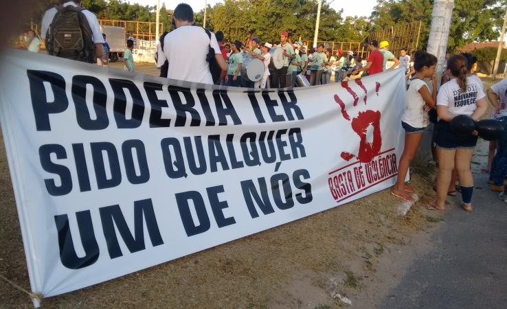Moradores realizaram protestos e homenagens às vítimas da chacina ocorrido no fim do ano passado. Caso completa dois meses e ainda permanece indefinido (FOTO: Hayanne Narlla/ Tribuna do Ceará)