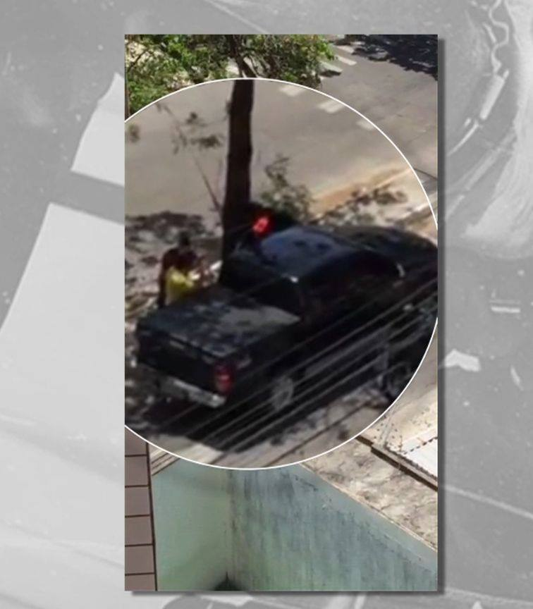 Homens abordam motorista e o obrigam a sair do veículo (FOTO: Reprodução)