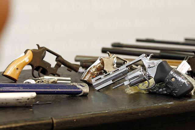 Professor analisa que é necessário reforçar política de apreensão de armas de fogo (FOTO: Flickr/ Creative Commons/ PROFotos GOVBA)