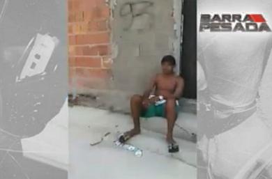 O jovem – que aparece de bermuda, boné e sem camisa – é atingido por sem chance de defesa (FOTO: Reprodução TV Jangadeiro)