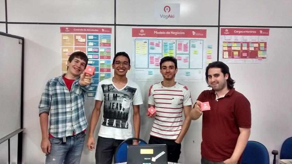 Anderson, Jocelano e mais dois amigos com a logo do Vagaki (FOTO: Reprodução Facebook)