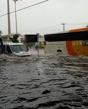 Coletivos enfrentam alagamento após forte chuva em Fortaleza (FOTO: Divulgação / Whatsapp Tribuna)