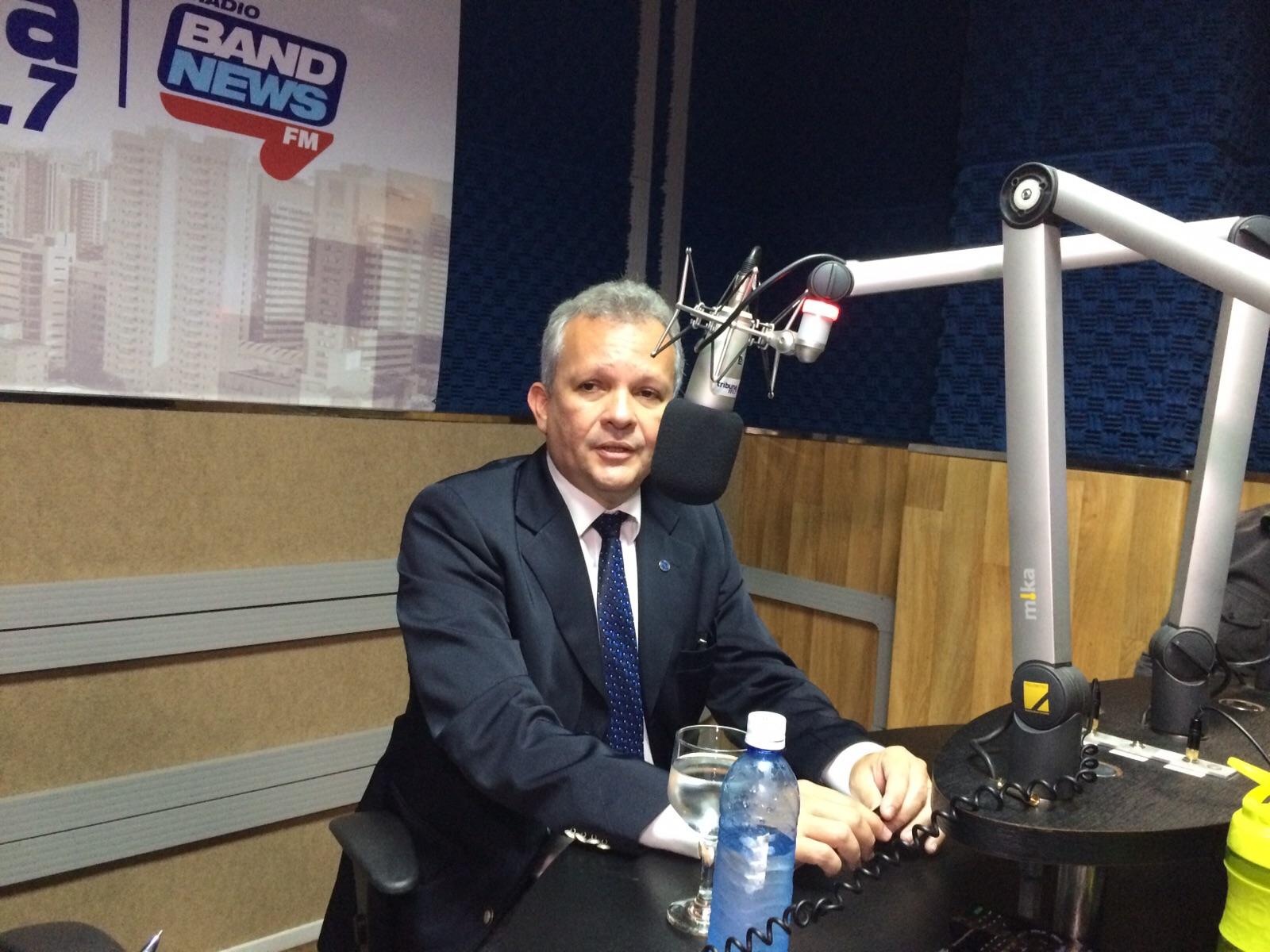 Ministro das Telecomunicações, André Figueiredo, em entrevista a Rádio Tribuna Band News FM (FOTO: Thamiris Treigher)
