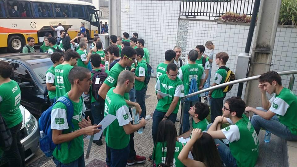 O colégio dá apoio psicológico aos alunos e até os acompanham nos locais de prova (FOTO: Reprodução Facebook)