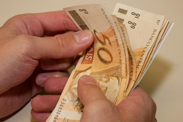 Salário mínimo passa para R$ 880 em janeiro de 2016 (FOTO: Divulgação)