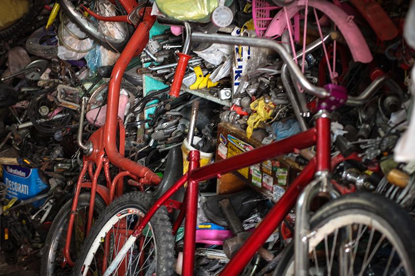 Seu Daniel Barros possui mais de cinco mil peças de bicicletas em seu galpão (FOTO: Fernanda Moura / Tribuna do Ceará)