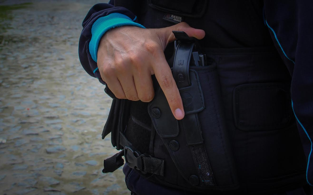 Além de optar por não sair para locais públicos, como restaurantes, barzinhos e festas, o agente faz o trajeto ao trabalho já com o colete à prova de balas (FOTO: Fernanda Moura/Tribuna do Ceará)