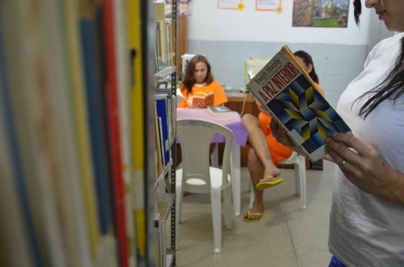 A leitura está sendo usada como forma de diminuir o tempo de pena. (Foto: Reprodução/Governo do Estado do Ceará)