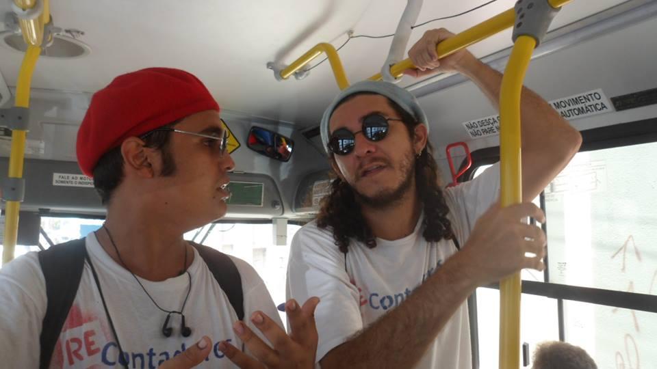 Isaías Vasconcelos e Jorge Raskolnikov em apresentação dentro do ônibus (FOTO: Divulgação)