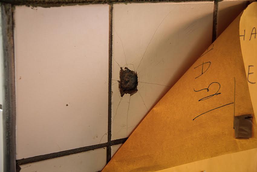 Marca de bala é escondida com cartaz na escola no Conjunto Palmeiras (FOTO: Fernanda Moura/Tribuna do Ceará)