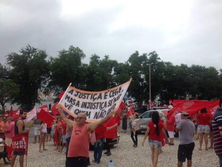 No último domingo (13), manifestantes vestiram-se de vermelho e foram às ruas em favor de Lula. (FOTO: Tribuna do Ceará)