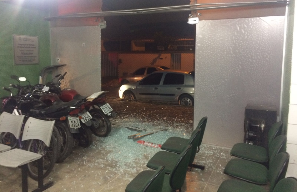 Homens atiraram contra a fachada da delegacia e atingiram as portas de vidro da unidade (FOTO: Reprodução/Whatsapp)
