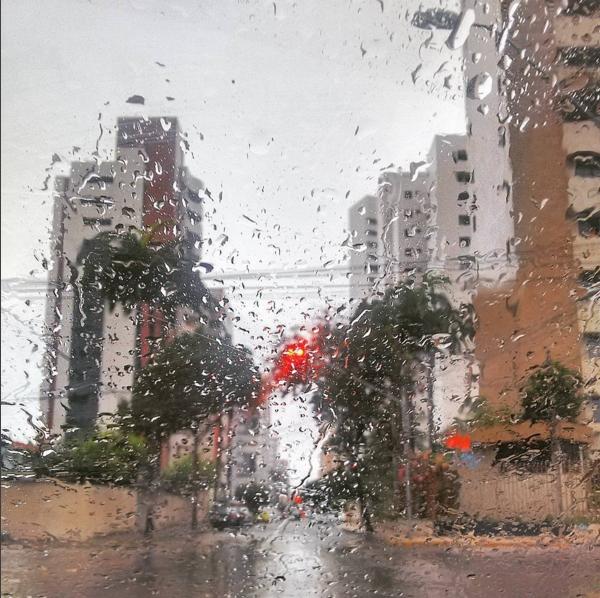 Fortalezenses foram pegos de surpresa com a chuva. (FOTO: Jackson Cruz)