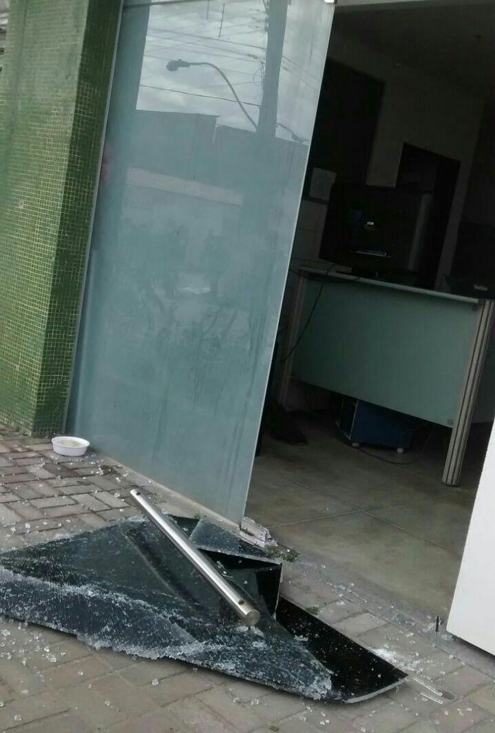 Ação contra o 20º Distrito Policial, no Bairro Acaracuzinho, em Maracanaú (FOTO: Reprodução/Whatsapp)