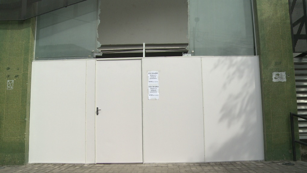 Portas de vidro tiveram que ser substituídas. (FOTO: TV Jangadeiro)