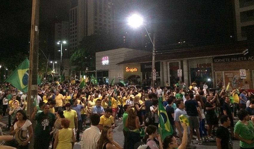 Pelo menos 2 mil manifestantes foram até a Praça Portugal, no Bairro Aldeota, para um protesto contra Dilma e Lula (Foto: Renata Veras)