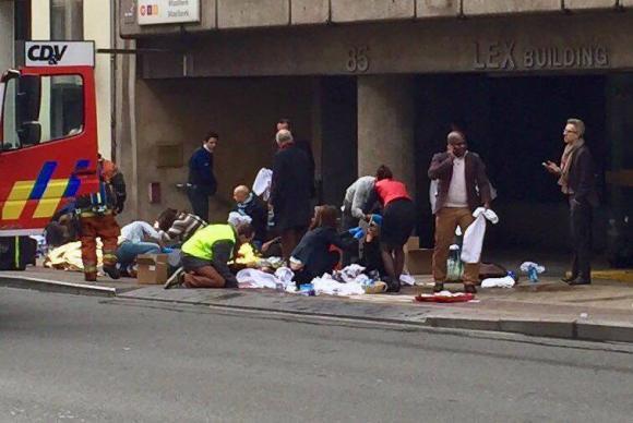Equipes de emergência socorrem feridos em frente à estação Maelbeek do metrô, em Bruxelas (FOTO: Agência Brasil)
