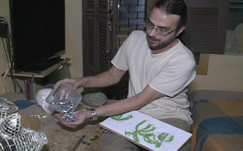 Cearense transforma pedaços de vidros em obras de arte