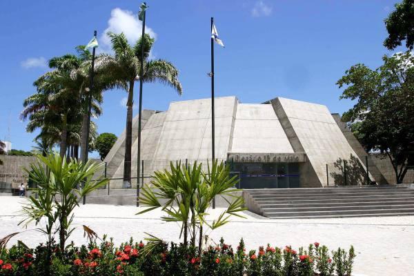 Votação de projeto de lei que dá incentivos fiscais a termelétricas é adiada após protesto