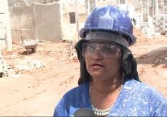 Mulheres também trabalham no pesado (FOTO: Reprodução TV Jangadeiro)