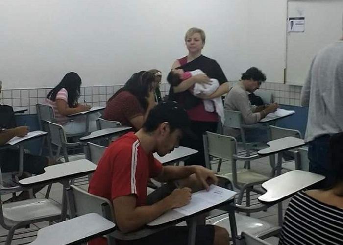 Professora segura bebê de alunos durante prova em faculdade de Fortaleza