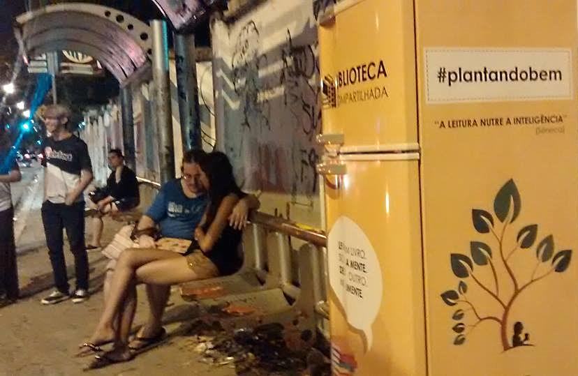 Geladeira com livros compartilháveis é furtada após um dia de exposição no Benfica