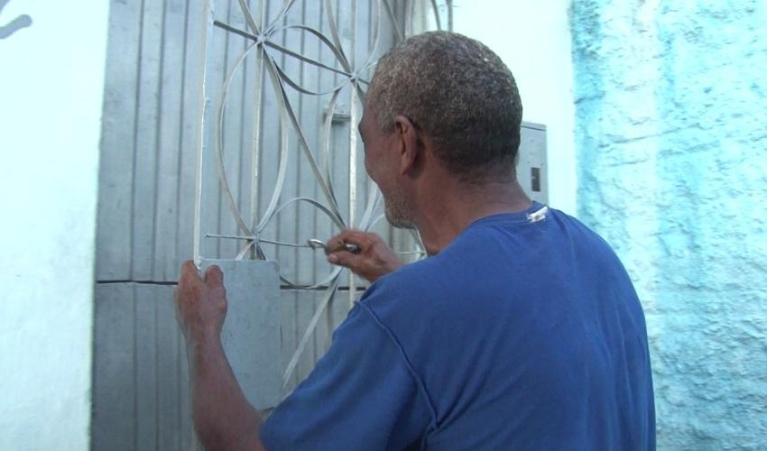 Mulher doa quarto para morador de rua despejado de casa na árvore no Centro