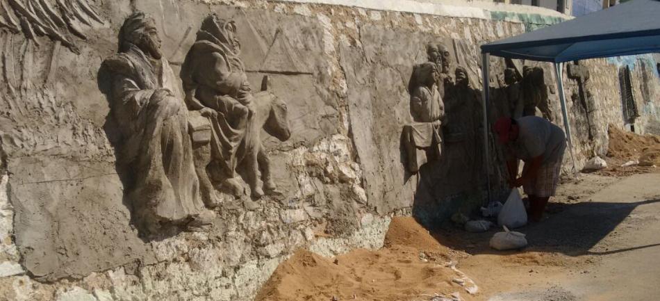 Artista constrói imagens religiosas em alto-relevo em muro de Crateús