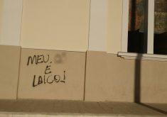 Diversos palavrões e xingamentos foram escritos nas paredes dos centros religiosos (FOTO: Reprodução)