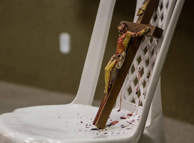 Assistimos à peça em que ator fica nu e derrama sangue na cruz. Confira os bastidores