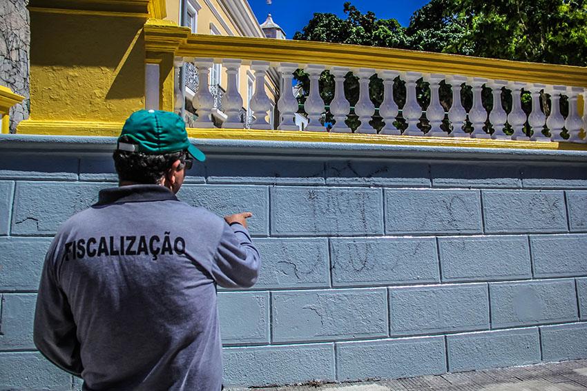 24h depois de reinauguração, Praça dos Leões já está com muros pichados