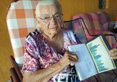 Dona Maria guarda há 40 anos registros de chuvas em um caderno (FOTO: Tribuna do Ceará)
