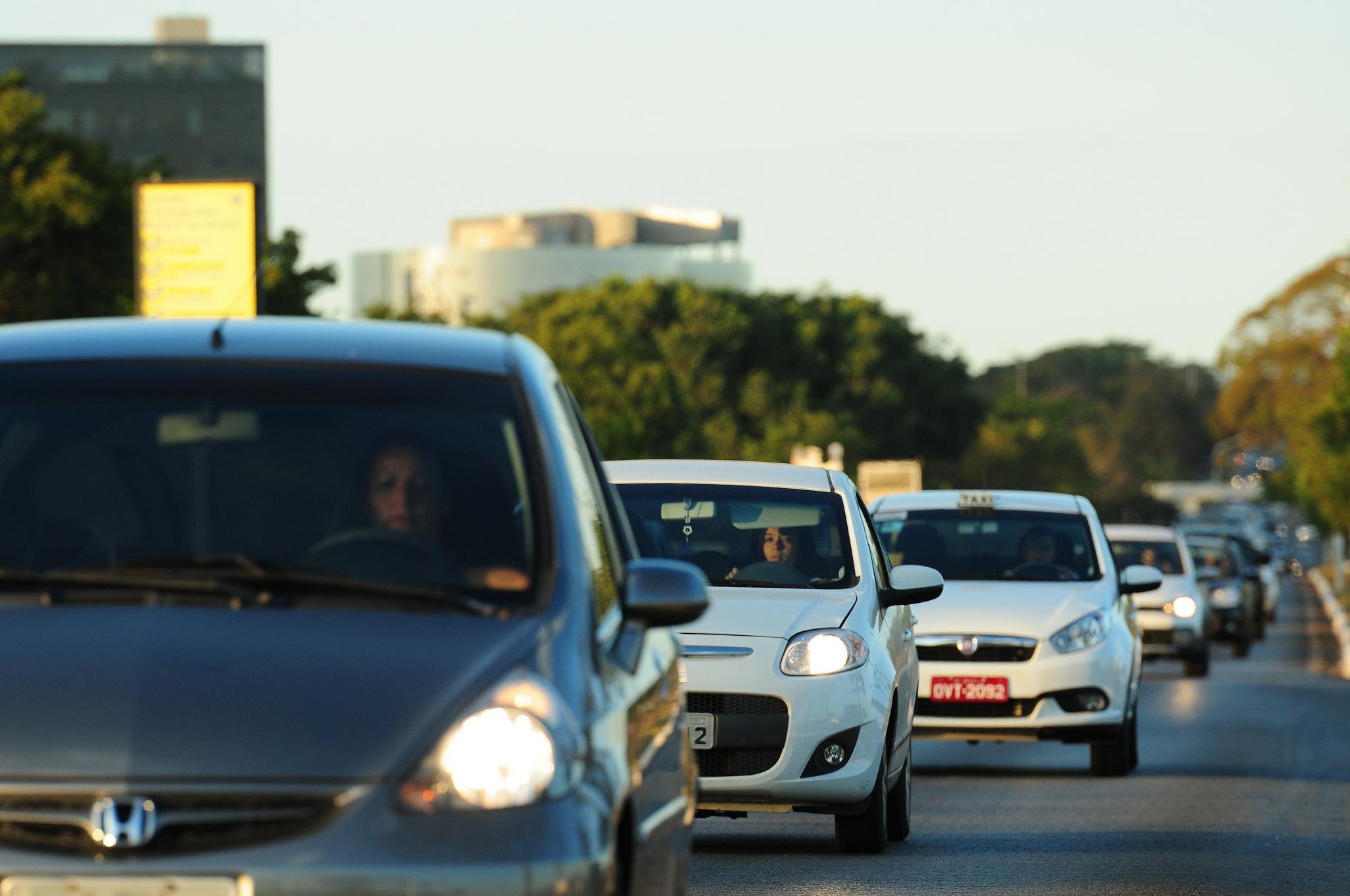 Farol baixo em rodovias se torna obrigatório em todo o Brasil