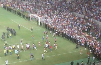 As cenas de barbárie marcaram a final do Estadual (Foto: Lyvia Rocha/Tribuna do Ceará)