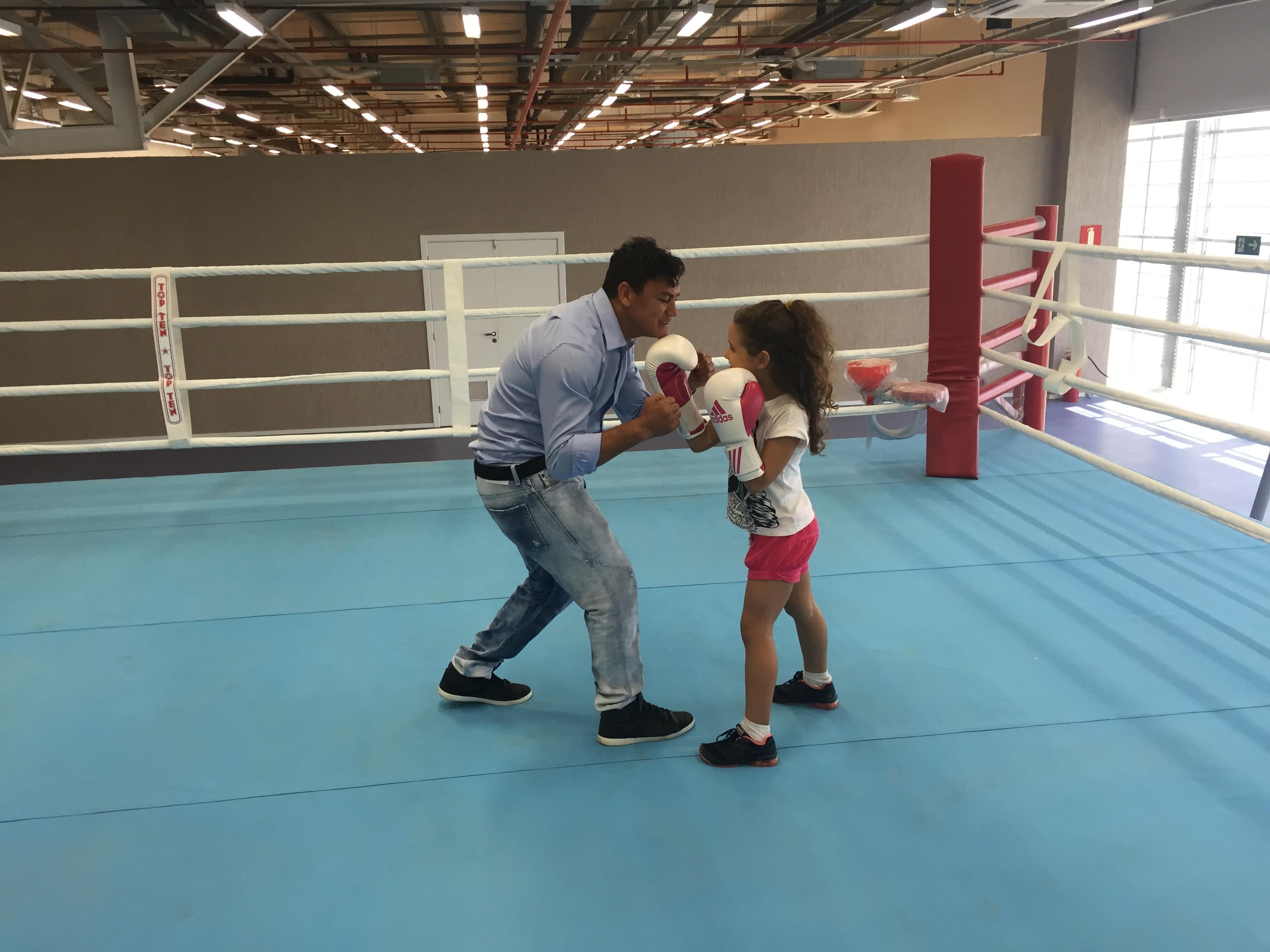 Popó visitou o local apropriado para o boxe no Centro Olímpico e ainda recebeu fãs cearenses (Foto: Lucas Catrib)