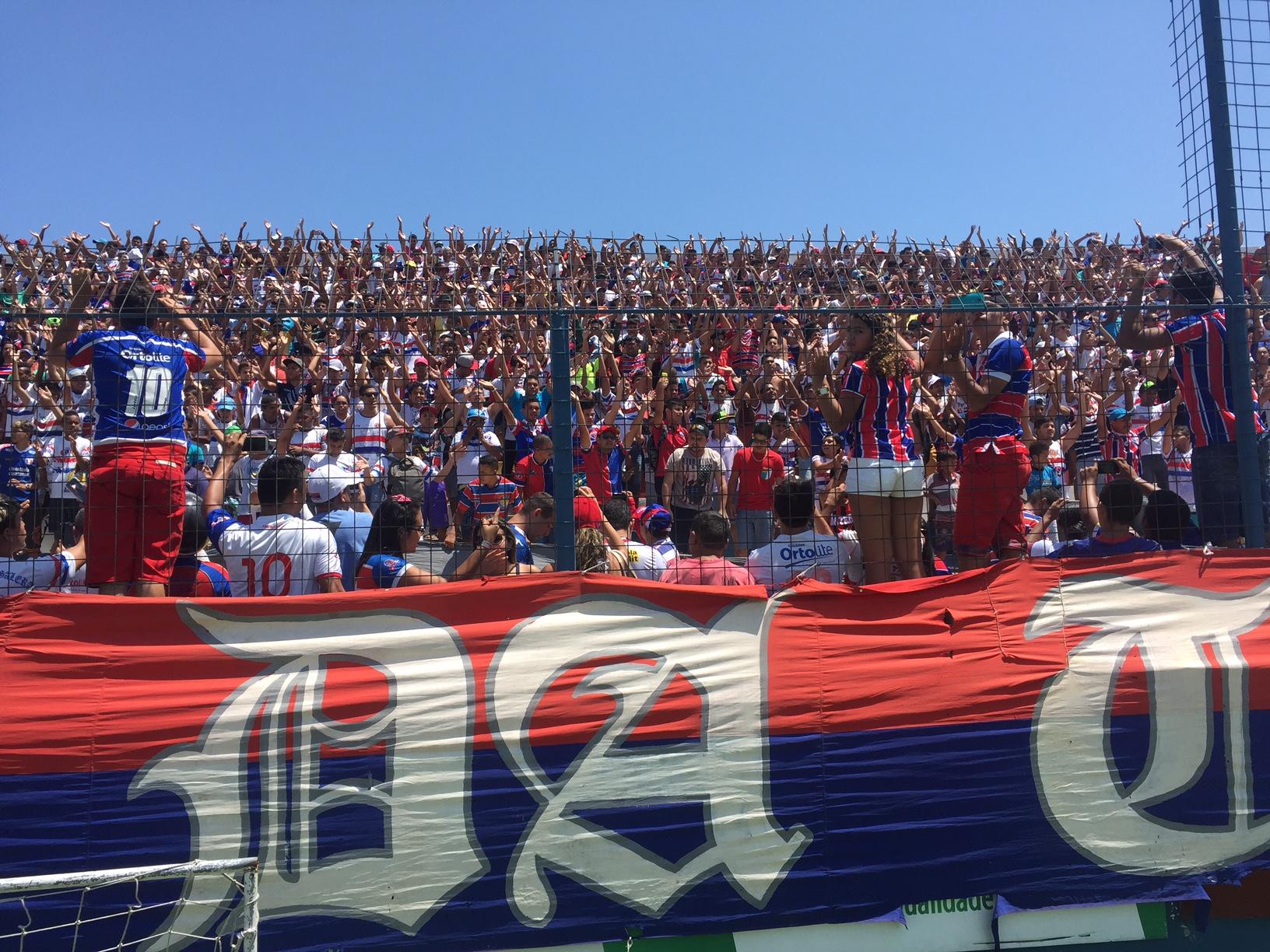 Torcida entoou vários cânticos dentro do estádio Alcides Santos (Foto: Lucas Catrib)