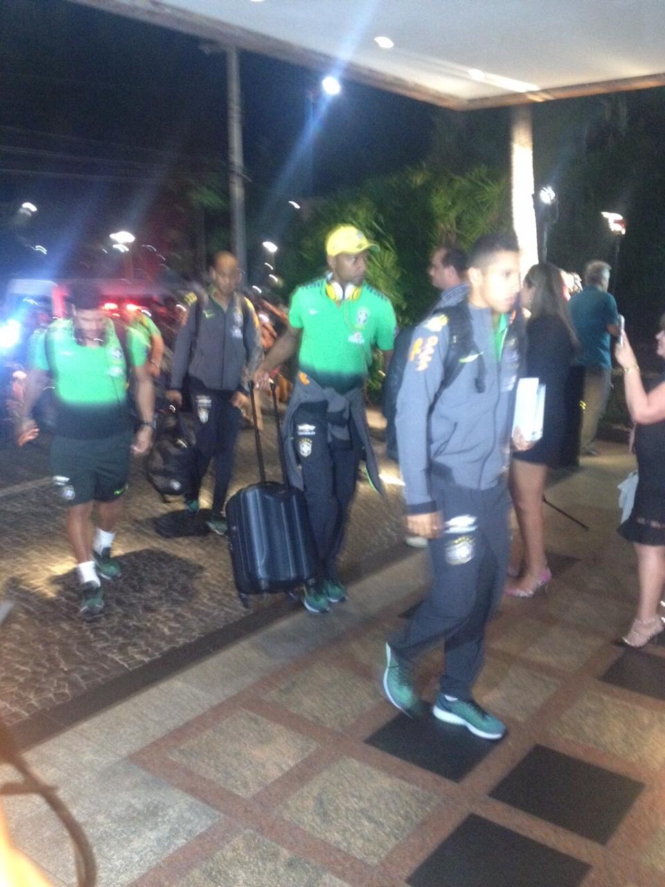 Jogadores seguiram de forma tranquila para dentro do hotel em Fortaleza (Foto: Ana Claudia Lemos)