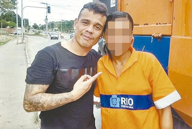 Bernardo apareceu ao lado de funcionário da Comlurb, empresa do Rio de Janeiro (FOTO: Reprodução/Facebook)