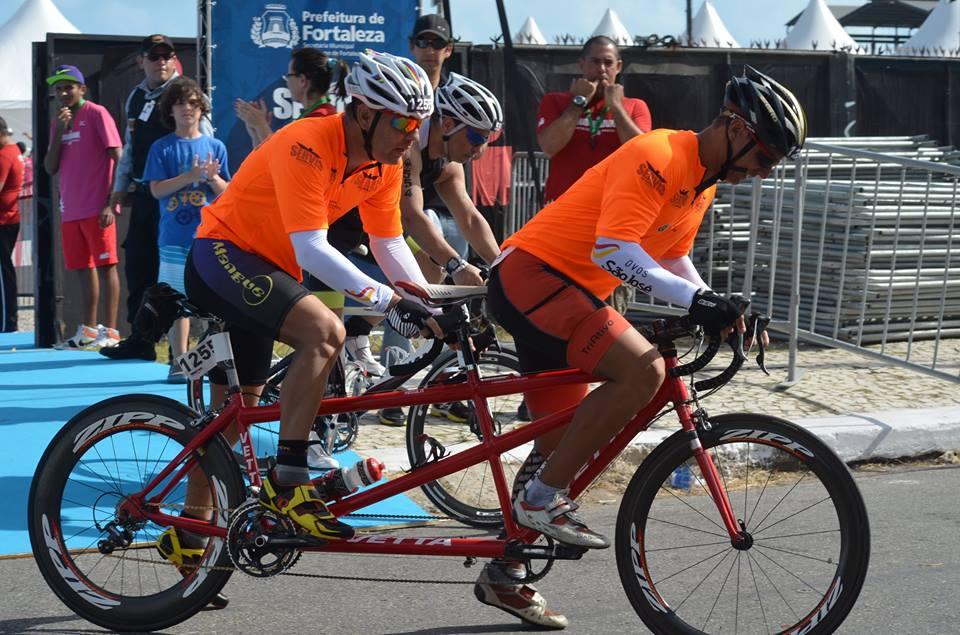 Na parte da bicicleta, Paulo Cardoso compete em uma modelo 'tandem' (Foto: arquivo pessoal)