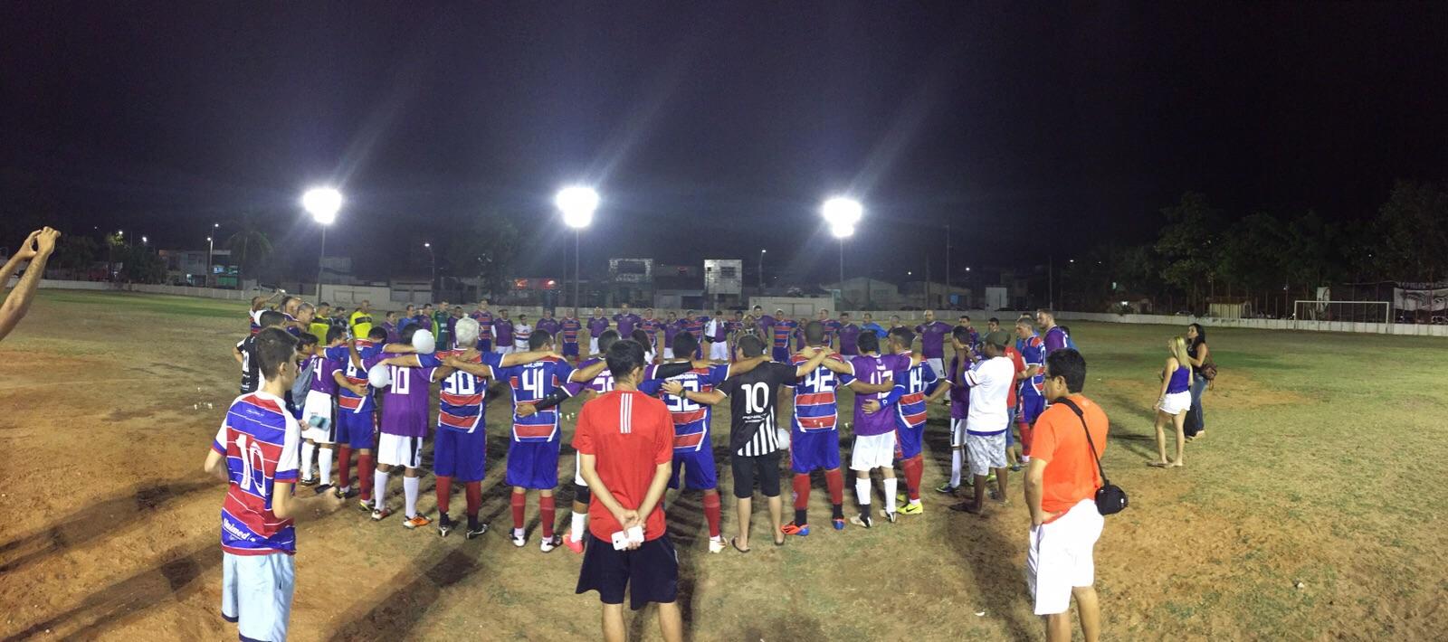 Os times rezam antes do início da partida (FOTO: Divulgação)