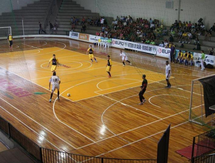 O futebol de salão inspirou a criação do futsal (FOTO  Divulgação) e048cd32f5352